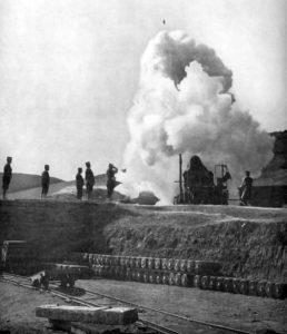 旅順要塞を砲撃する日本軍